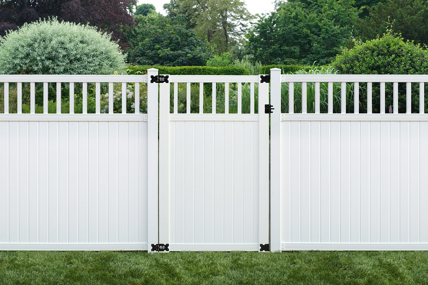 Sixth Avenue Building Products Belfast Spindle Top Privacy Fence and Gate -White
